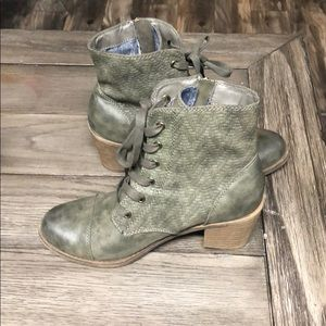 Roxy green boots